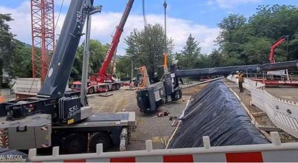 لحظة نجاة عاملين بأعجوبة من الموت بعد سقوط رافعة بوزن هائل (فيديو)