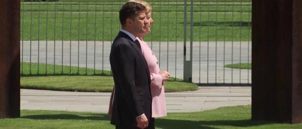 """فيديو محير جدا يظهر الألمانية """"ميركل"""" ترتجف بشدة خلال استقبال رسمي"""