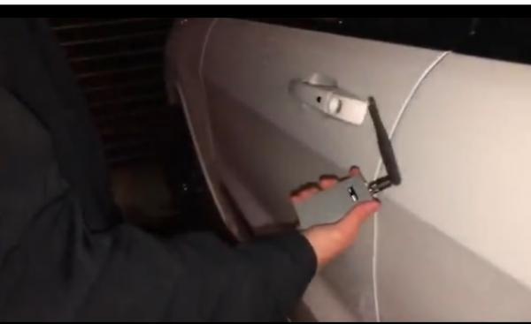 بالفيديو.. شخص يطور جهازا يتيح اختراق نظام حماية أي سيارة فاخرة