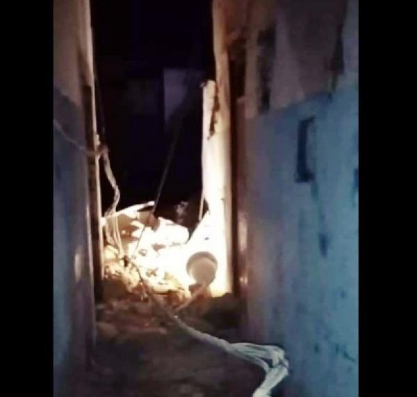 """سكان زنقة """"البليدة"""" يقضون ليلة بيضاء في العراء بعد انهيار منزل بالمدينة القديمة بسلا (صور)"""