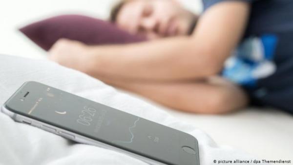 """خبراء يحذرون: وضع الهاتف بجانبك ليلا خطر حتى عند ضبطه على """"وضع الطيران"""""""