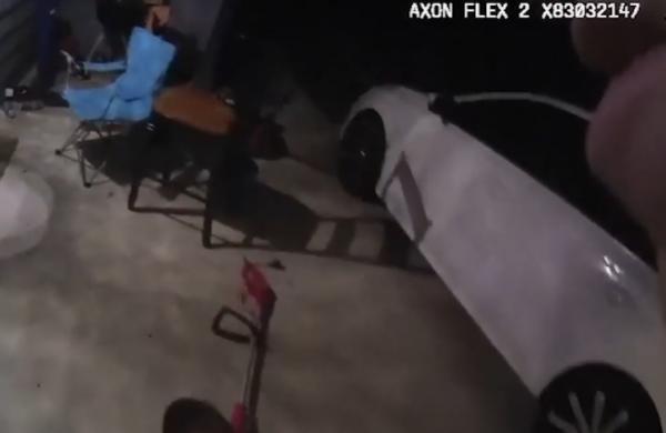 بالفيديو .. شرطي في تكساس يقتل بالخطأ سيدة سوداء في منزلها بسبب مكالمة لجارها