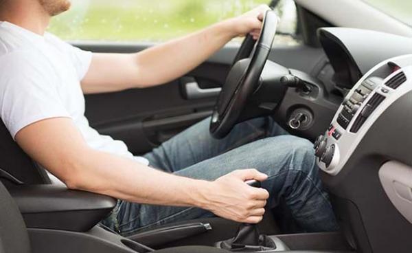 هذه أخطاء شائعة عند القيادة قد تضر بسيارتك