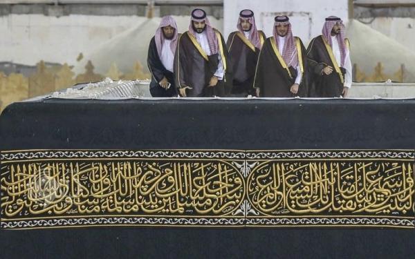 ماهو سر صعود محمد بن سلمان فوق الكعبة..! Kaaba_857024349