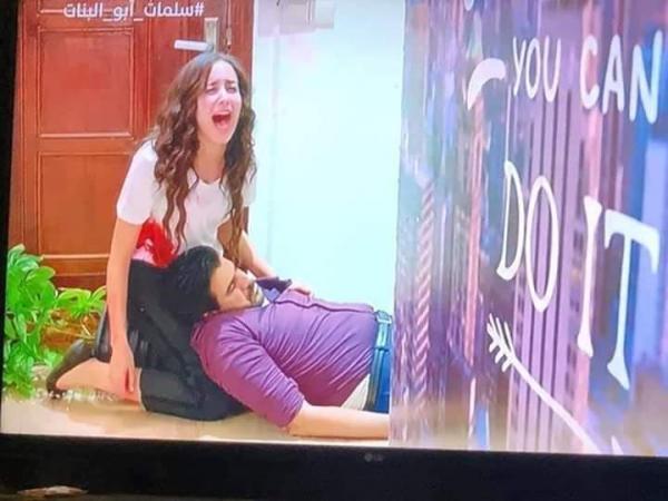 """""""سلمات أبو البنات"""" مسلسل مغربي يثير السخرية على مواقع التواصل نتيجة الأخطاء المضحكة والأحداث غير المنطقية (صور)"""