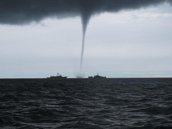 زوبعة مرعبة تظهر بالقرب من سواحل سوتشي الروسية (فيديو)