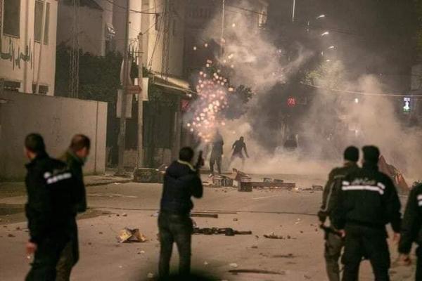 انفلات أمني خطير ونهب للمحلات بتونس بعد اندلاع أعمال عنف وقوات الحرس الوطني تنزل إلى الشوارع (فيديو)