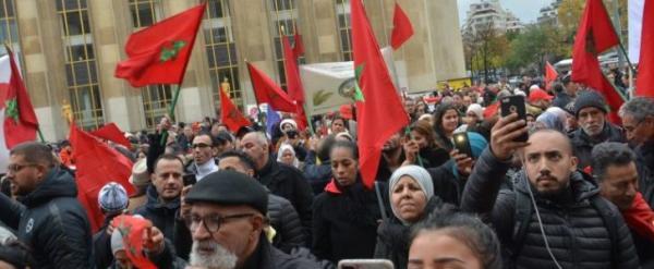 """مغاربة أوروبا يتظاهرون بباريس تنديدا ب""""إهانة العلم الوطني"""""""