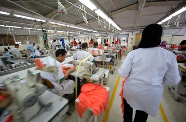 مصانع النسيج بطنجة تستأنف نشاطها مع خفض عدد العاملين وإقرار تدابير وقائية