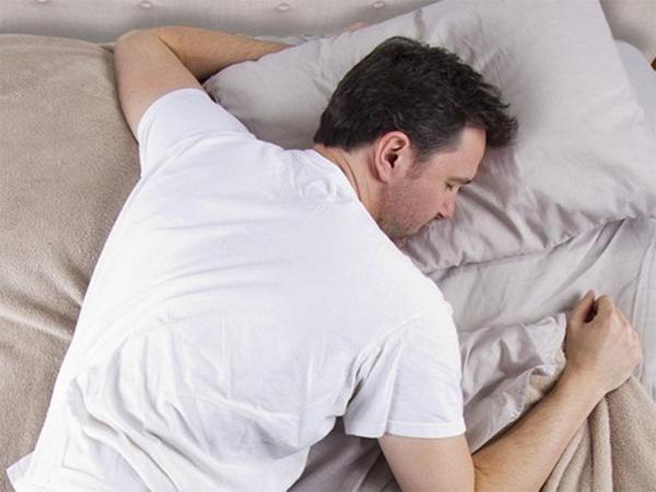 لماذا نهانا النبي عن النوم على البطن؟
