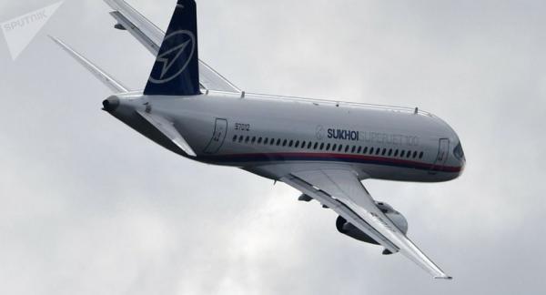 طائرة روسية تهبط عن طريق الخطأ على مدرج غير مكتمل البناء(فيديو)