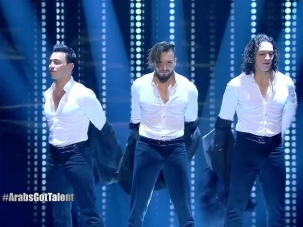 """ثلاثة أشقاء مغاربة يبهرون لجنة تحكيم وجمهور """"Arabs Got Talent"""" ويصعدون للنهائي (فيديو)"""