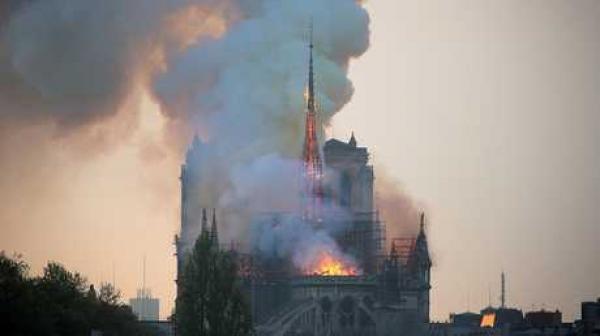"انهيار برج كاتدرائية ""نوتردام دو باري"" جراء حريق مهول"