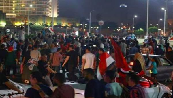 لأول مرة منذ سنوات..مصريون يتظاهرون  في ميدان التحرير ضد السيسي ويطالبون بإسقاط النظام (فيديو)