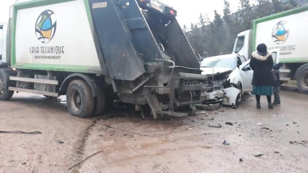 بالصورة..اصطدام عنيف بين شاحنة للنظافة وسيارة عائلية وهذه التفاصيل