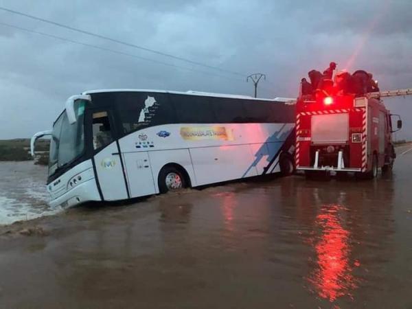 فلتنا من فاجعة... السيول تتسبب في انزلاق حافلة لنقل المسافرين بين وادي زم والفقيه بن صالح  (فيديو)