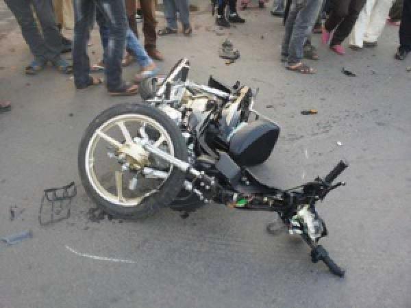 مؤلم..اصطدام عنيف بين دراجتين صينيتي الصنع يودي بحياة سائق ونجاة آخر بأعجوبة