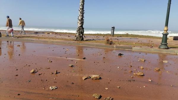 """بالفيديو : """"ميني تسونامي"""" يضرب الشريط الساحلي بالرباط"""