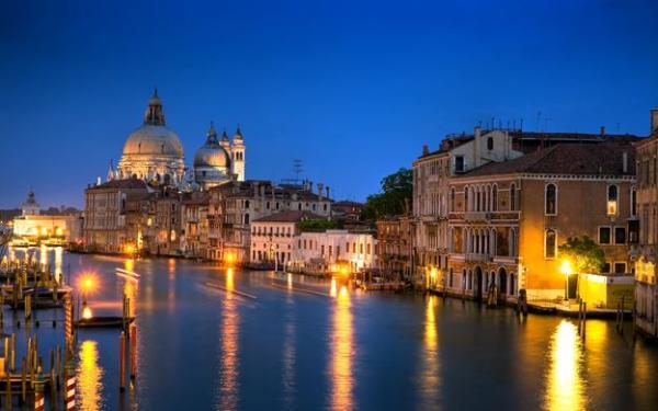 قوانين جديدة ستطبقها مدينة البندقية الإيطالية تجاه فتيات الليل والسكارى