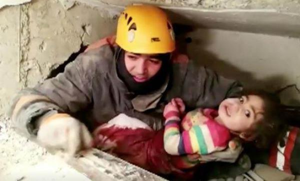 لحظة إنقاذ طفلة بعد قضائها 24 ساعة تحت الأنقاض في زلزال تركيا