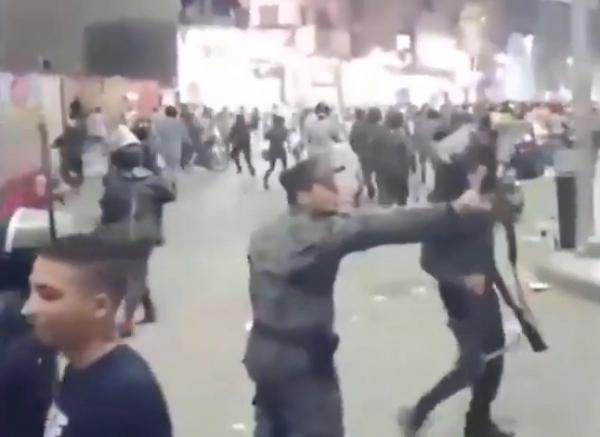 """فيديو مثير...الشعب يثور ضد """"السيسي"""" وضابط مصري يمنع عناصره من ضرب المحتجين"""