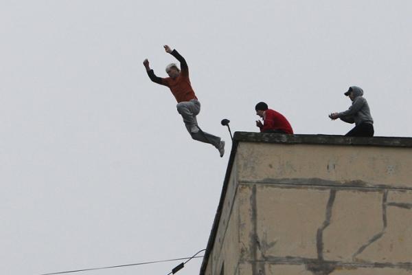 أخطر مجرم صادرة في حقه 37 مذكرة بحث وطنية يقفز من فوق سطح منزله وهكذا انتهت مطاردته الهوليودية من طرف الأمن!