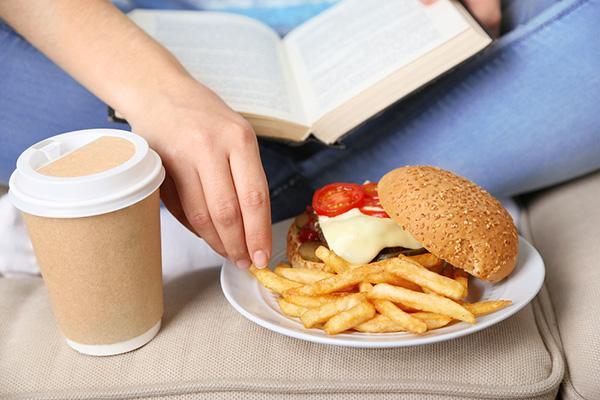 الإفراط في أكل هذه الأطعمة يسبب الجفاف