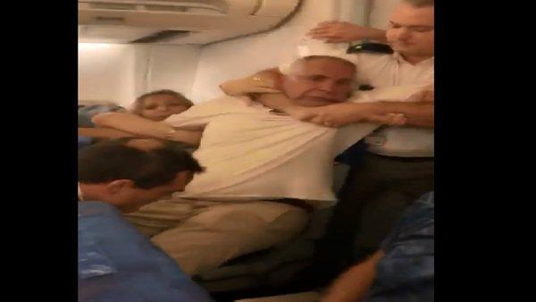مصري يتعرض للضرب المبرح داخل طائرة بسبب زوجته المغربية! (فيديو)