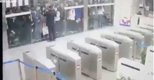 تدافع مئات الطلاب الصينيين للتسابق على دخول المكتبة (فيديو)