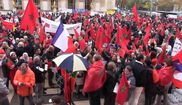 احتجاج مغاربة فرنسا ضد حرق العلم الوطني