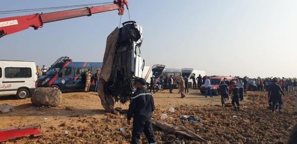 الرباط: السلطات الأمنية تتمكن من انتشال السيارة الغارقة بالبحر وغموض كبير يلف الحادث