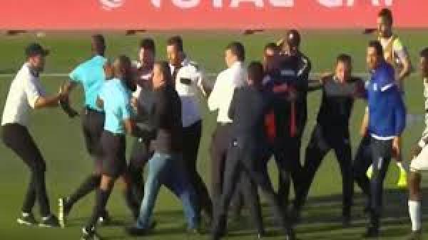 لاعبو الصفاقسي يعتدون بالضرب على الحكم ومساعده بعد الخسارة أمام بركان(فيديو)