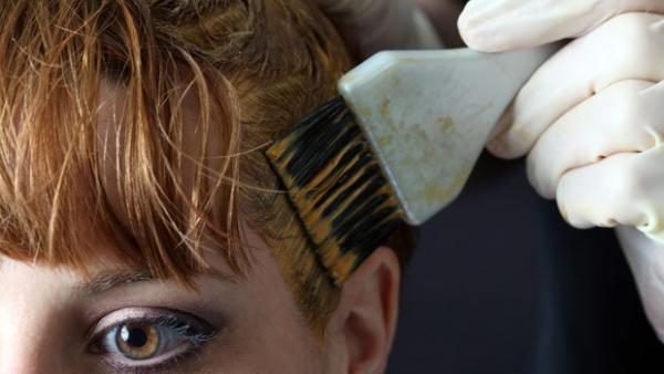 تعرفي على طريقة صبغ الشعر في المنزل