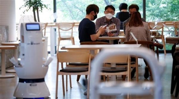 مقاهي كوريا الجنوبية تعتمد الروبوتات للحفاظ على التباعد الاجتماعي
