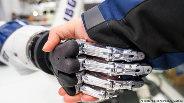 إنسان آلي مع السيارة ذاتية القيادة لإيصال الطلبيات للزبائن