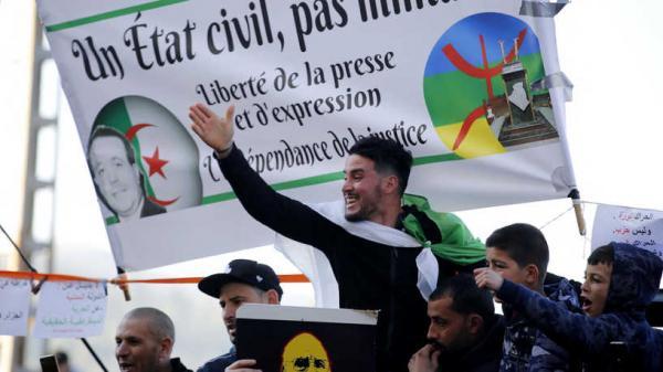 آلاف المتظاهرين يحتشدون في شوارع العاصمة الجزائرية