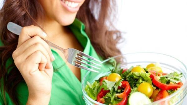 تجنبي هذه الاطعمة  حفاظا على جلدك.. و هذه 3 منها  تحافظ على حالتك النفسية