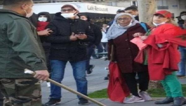 """اعتداء بلطجية """"البوليساريو"""" على مغاربة في باريس.. إعلامي عربي: كانوا يرتدون زي الحرس الثوري الإيراني(فيديو)"""