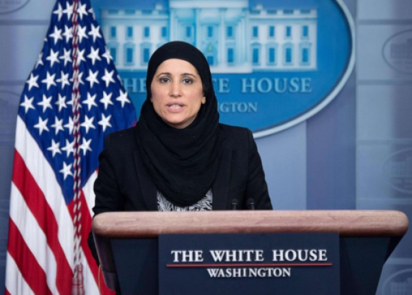 من هي المسؤولة المحجبة التي خاطبت الأمريكيين في الإيجاز الصحفي للبيت الأبيض؟