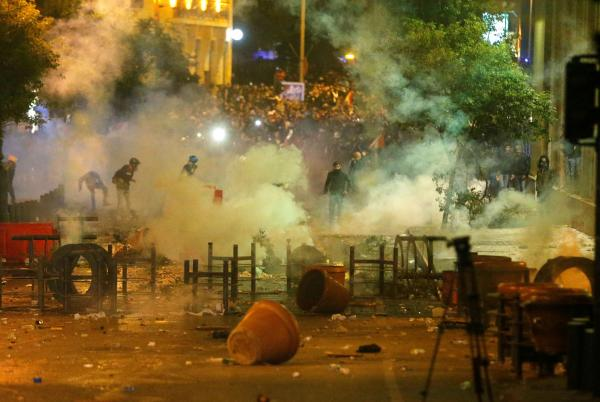 في تطور خطير...أنصار حزب الله يشتبكون مع المتظاهرين اللبنانيين ويضرمون النار في خيامهم