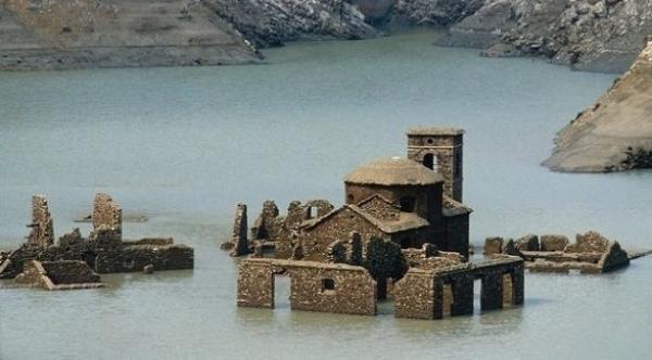 قرية أشباح إيطالية من القرون الوسطى تظهر من جديد بعد أن غمرها الماء لسنوات