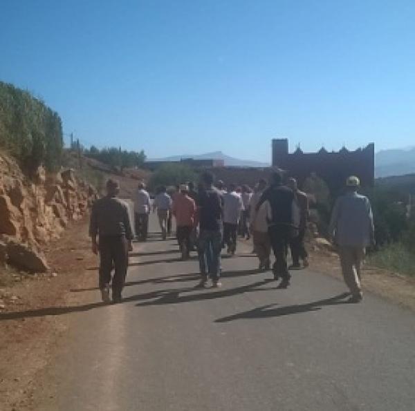 مسيرة احتجاجية نحو عمالة أزيلال تطالب بإصلاح الطريق وتبسيط مساطر البناء