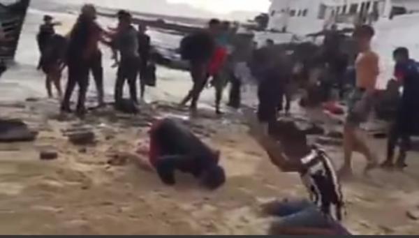 """بالفيديو...السلطات الإسبانية تحتجز """"الحراكة"""" المغاربة الذين ظهروا يسجدون بعد وصولهم إلى شاطئ """"لانزروتي"""""""