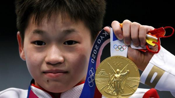 طفلة صينية عمرها 14 سنة تفاجئ العالم وتتوج بميدالية ذهبية في أولمبياد طوكيو(صور)