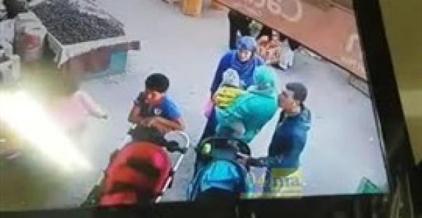 بالفيديو.. لحظة سرقة حافظة نقود من امرأة في أحد اسواق مدينة فاس