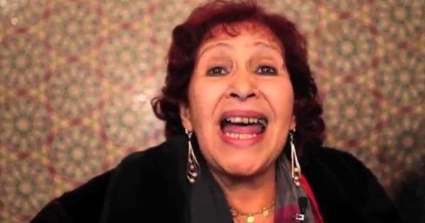 """بالصورة...الفنانة """"عائشة ماهماه"""" تفاجئ المغاربة بصورة لها حليقة الرأس وتكشف عن سبب ذلك"""
