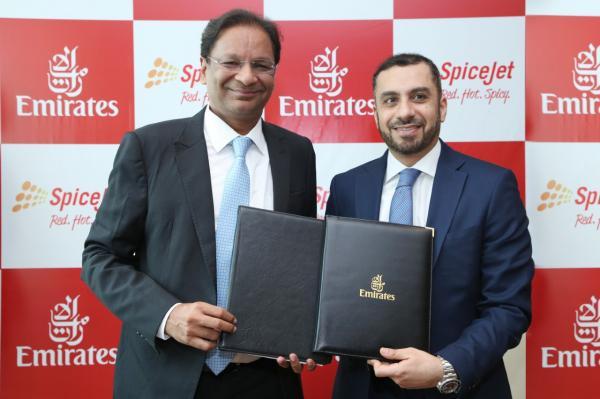 """عدنان كاظم وأجاي سينغ بعد توقيع مذكرة التفاهم بشأن اتفاقية رمز مشترك بين طيران الإمارات والناقلة الهندية """"سبايس جيت""""."""