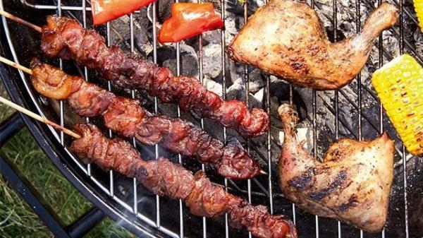دراسة تحذر من عواقب صحية خطيرة عند شوي اللحوم على الفحم