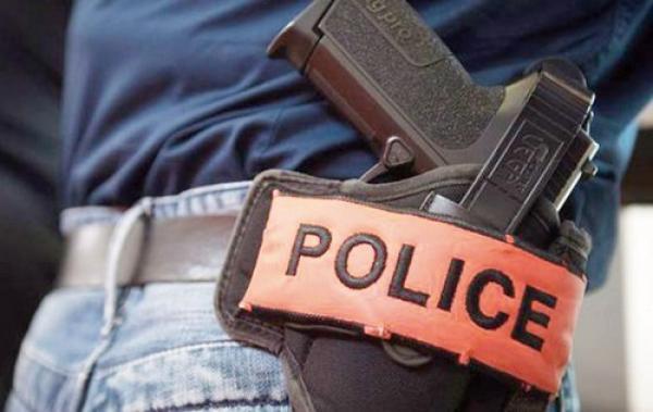 ضابط شرطة يشهر مسدسه لتوقيف مجرم خطير بفاس