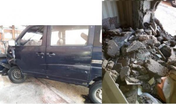 حادثة سير غريبة...سيارة تقتحم منزلا بالعيون والسائق يلوذ بالفرار رفقة فتاة كانت بمعيته